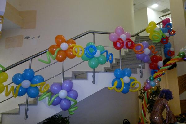 Как воздушными шарами украсить комнату